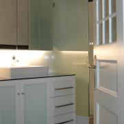 Waschtisch mit Rahmentüren und Glashüllungen