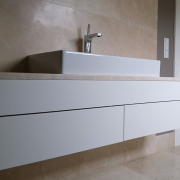 Waschtisch weiß mit Natursteinplatte