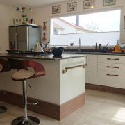 Einbauküche weiß und Nußbaum